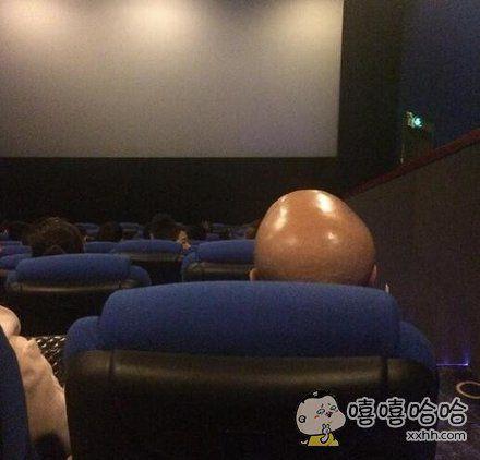 妈蛋,看电影啥都看不到,太反光了。。。
