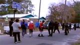 大鲨鱼奥尼尔和社区居民打篮球