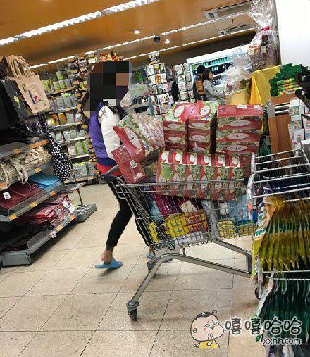在超市里瞧见这位阿姨的购物车里有这么多纸巾就忍不住偷拍一张。。。感觉她要么感冒极其严重,要么儿子终于开窍了。。。