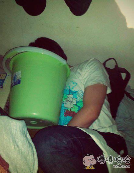 这货非要抱着垃圾桶睡