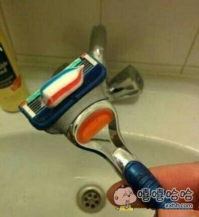 早上迷迷糊糊的刷牙,定眼一看吓尿了