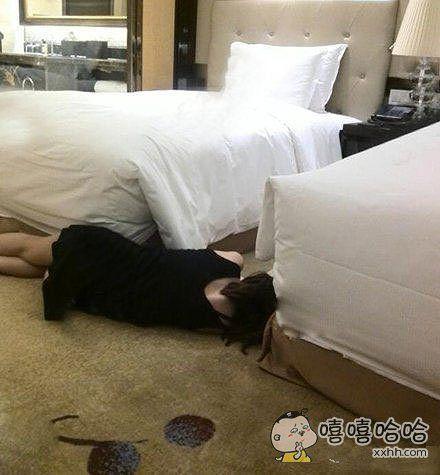 一起出差的女同事睡成这样,我该怎么办?!