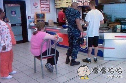 美国一男子在类似麦当劳那种快餐店里看到了一个这样排队的女子。。。。