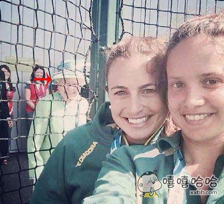 英国两姐妹说她们自拍时好像拍到了什么不得了的东西。。。。。