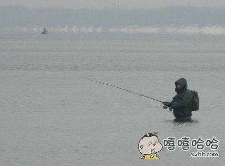 骚年这样钓鱼也是醉了