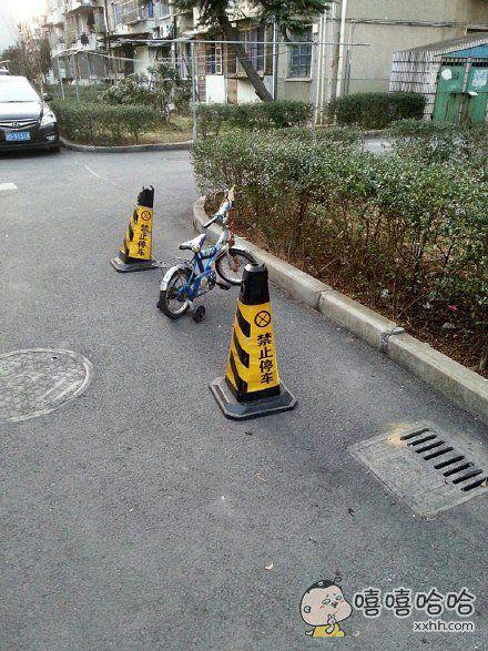 现在人怎么这么没素质呢!明明摆了禁止停车还要停。真的不能理解。。。