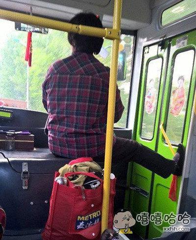 农村大妈坐公交车都这么霸气