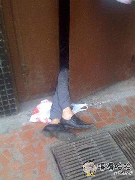 早上下楼上班发现一个失足BOY