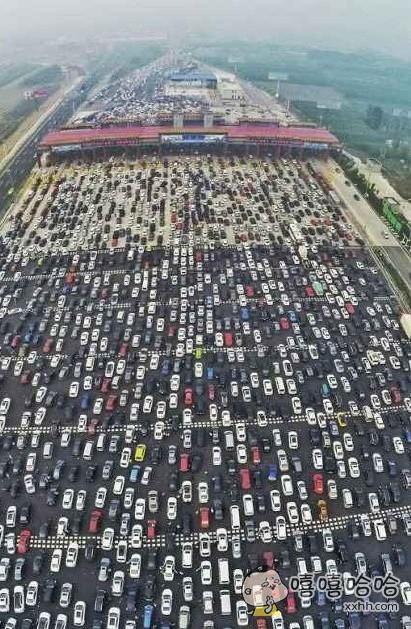 700万人的大堵车。我就想问一句,到底是白车多还是黑车多