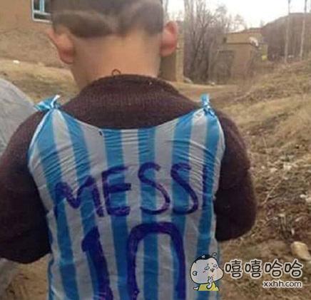 这件球衣才是最厉害的,因为他让梅西本人注意到了,梅西要找他。