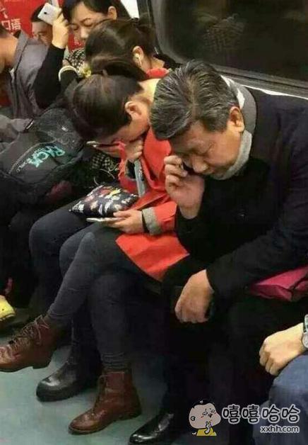 难得坐地铁,给一位大爷让了个座。