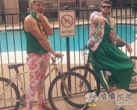 这情侣装搭配的不错,有绿有裙的