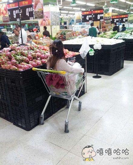 超市里一枚孤独的女子,要不要上前推她一把