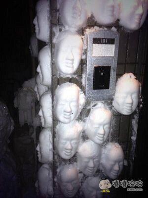 只要去杂货店买个塑料面具,塞满雪再拍在墙上,就能达到这样!还不赶紧试试