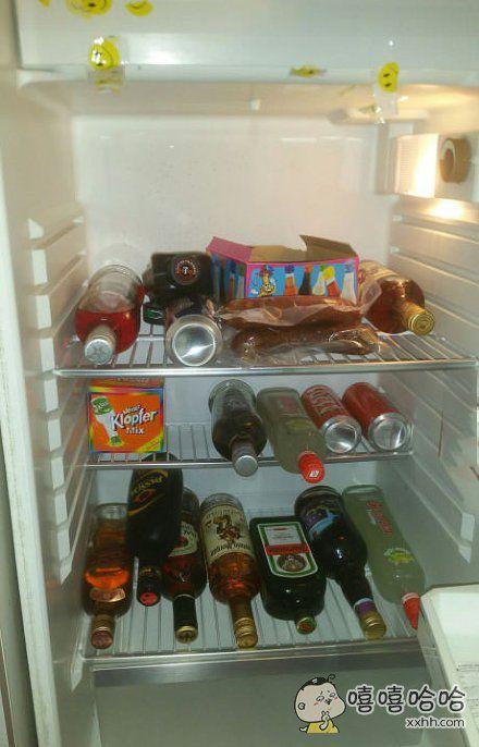 一看就知道是单身汉的冰箱