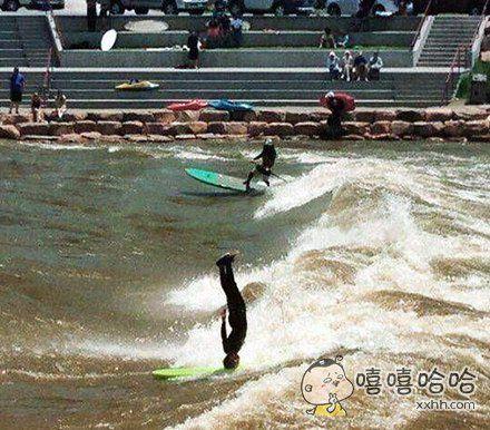 真正的高手是应该用头玩冲浪的。