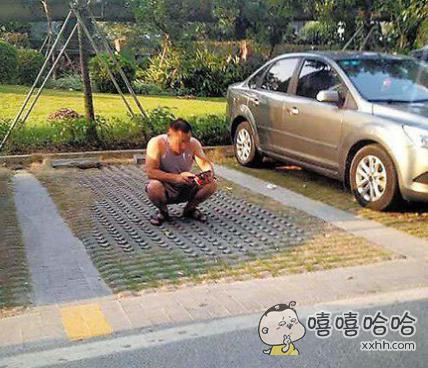 为了帮媳妇占车位,大哥也是拼了