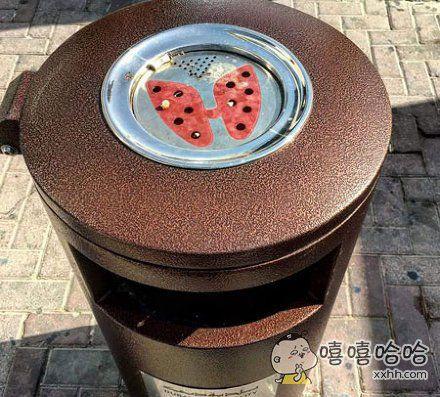 垃圾桶上的烟灰缸