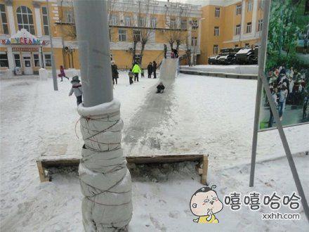 电线杆也怕冷了!人类要冻成狗