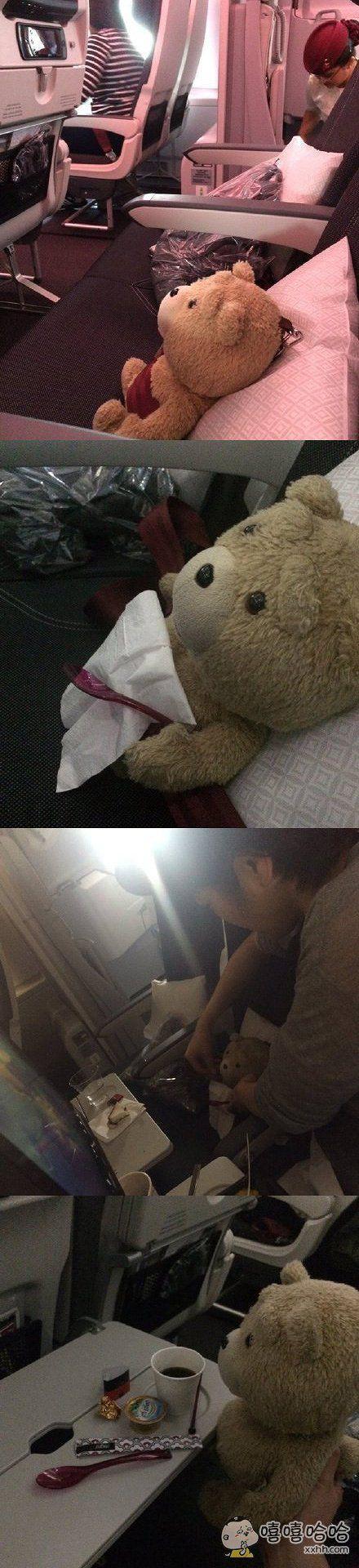 一小哥坐飞机去法国,看旁边空着就把玩具熊放座位上了,空乘姐姐不仅没吐槽,还提供了餐巾、三明治、纯净水,饭后还上了咖啡……这服务态度,下次我要带泰迪去