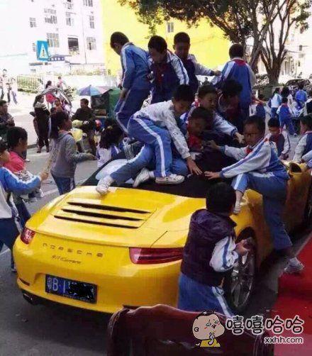 孩子开心才是无价的!保时捷跑车其实也没什么!不过就是几百万罢了!只要他们玩的开心,我是不会介意的,看到孩子们蹦蹦跳跳的,露出快乐的笑容,我欣慰的离开了……反正车不是我的,孩子也不是我的。