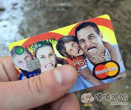 买一张亲情卡,这设计师跟这一家子人是有夺大仇?!