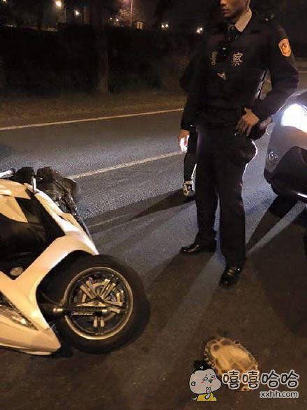 现在播报突发新闻:台湾街头发生一起车祸,警察叔叔赶到现场后也束手无策