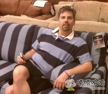 这撞衫撞得我给满分,不知道的还以为沙发成精了呢!
