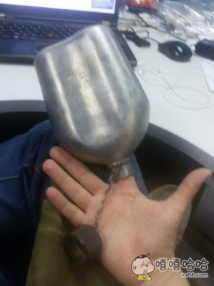 买了个水壶今天送到单位,到手我就作死这么一试,结果拔不出来了,待会儿部门还要开会