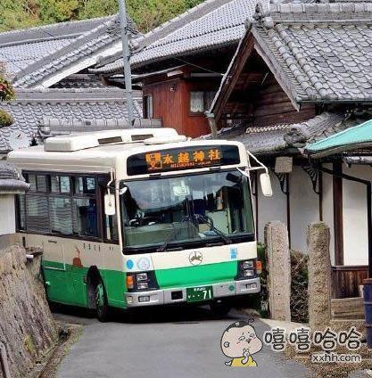 这个公交车司机真心不容易