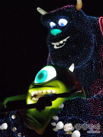 岛国一家长拗不过孩子,终于带他去看了迪士尼的夜间花车表演,没多久孩子最爱的怪兽公司两只出场了……宝宝当时就吓哭了,附近的娃也都哭了