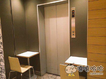 东京新宿站麦当劳的两个座位,尊贵无比。。。感觉不仅坐的人内心忐忑,从电梯一出来的人也是彻底蒙比