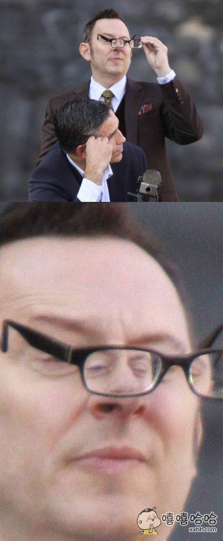 这眼镜得有两千度了吧