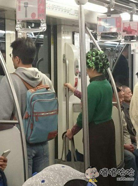 地铁里的包租婆!