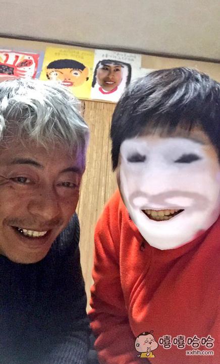 十一区一姐们玩一款换脸软件,想和老爹换个脸玩……结果一不小心和后面墙上的画换了。。