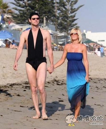 忘记带泳裤了,暂时借老婆的用一下
