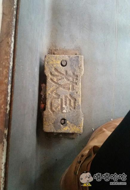公交车上看见的,好像遇到了传说中替代安全锤的安全板砖。。