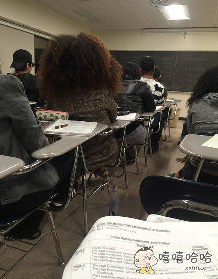 如果你的头发这么大,请座在旁边行吗?都看不到老师了