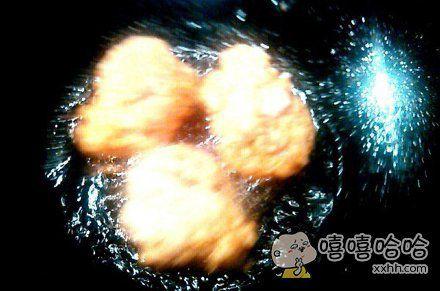 岛国一小哥做饭时拍了张照记录,不小心拍出了炸鸡穿越银河的感觉。。。宇宙大爆炸鸡理论