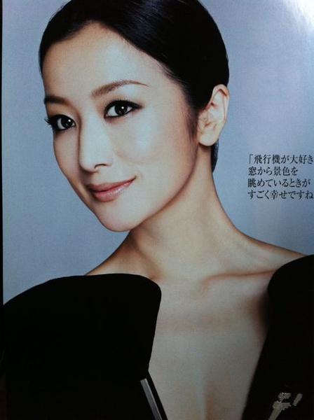 铃木京香   ,罗马字 suzuki Kyoka, 1968年5月31日 出生于宫城县仙台市,日本著名女演员。铃木京香于1988年,参加由佳丽宝主办的泳装小姐选拔活动,从此进入演艺界。从《奇迹餐厅》开始,成为三谷幸喜导演作品里的班底演员。