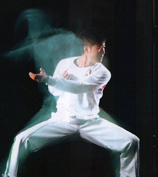 吴京,1974年4月3日出生于北京,中国内地演员,导演。毕业于北京体育大学。   1989年进入北京市武术队。1994年获得全国武术比赛精英赛枪术、对练冠军。1998年主演电视剧《太极宗师》,饰演内家拳宗师杨昱乾。  1999年出演袁和平导演的电视剧《小李飞刀》。 2001年主演电视剧《江山儿女几多情》。 2012年10月,主演的电视剧《我是特种兵2》在江苏卫视播出。   1995年参演首部电影《功夫小子闯情关》,正式进入演艺圈。  2005年参演电影《杀破狼》。2007年,凭借电影《男儿本色》获得第44