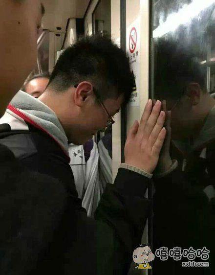 铁上看到一个素不相识的人,他进电梯以后就在看手机,然后地铁门关了,他的刘海就被门给夹住了他保持这个姿势,一边保持一边骂人的憋到了下一站…这是个真实而又悲伤的故事。。。