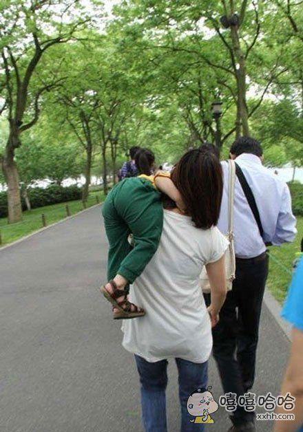 儿子说让他妈抱抱,结果尼玛一把扛起来。。