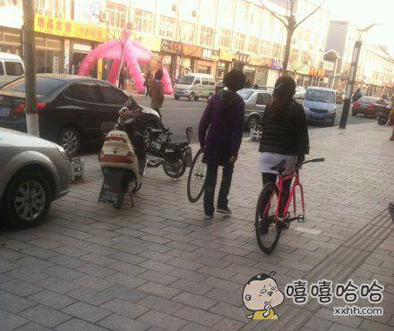 妹子也有二货的,看把自行车毁的。