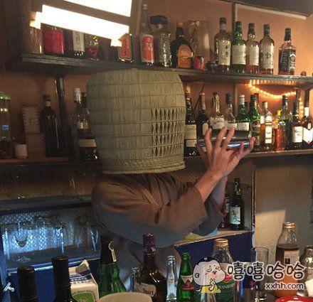 岛国据称如果想要一个人安静喝酒,酒吧可以提供「虚無僧の笠」一个以及吸管一根。