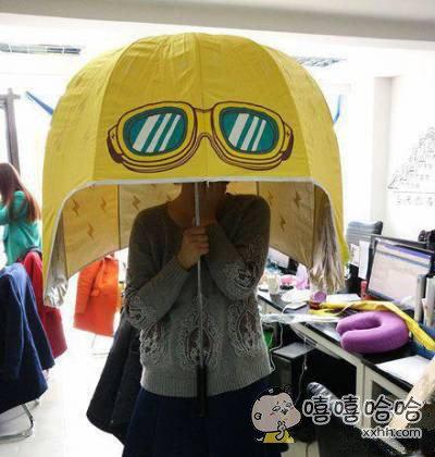 同事的雨伞好奇葩啊
