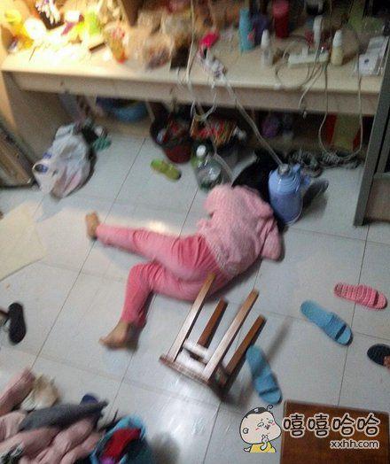宝宝摔倒了,你们都不来扶,还只顾着拍照~