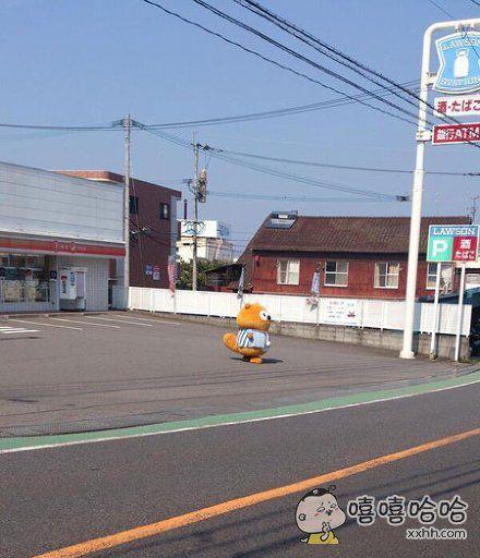 岛国一便利店,吉祥物打扮得萌萌的站在门口招揽顾客,结果一个理他的都没有……祥生真是寂寞如雪