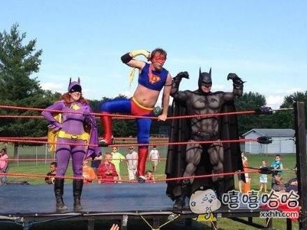 超级英雄霸气的拳击赛。
