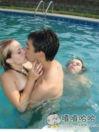 妈和媳妇同时掉水里的画面